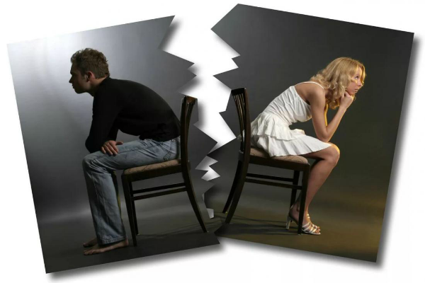 разорванная фотография на которой мужчина и женщина сидят на стульях спиной друг к другу