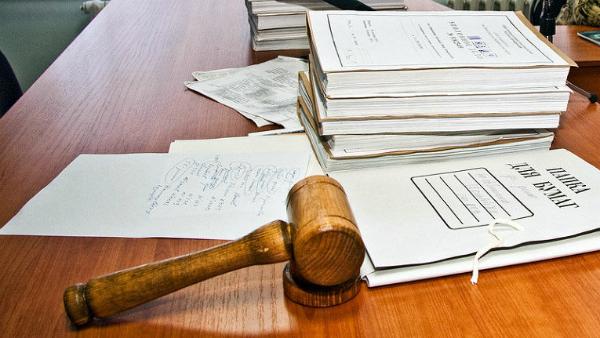 папки с судебными делами с судебным молотком